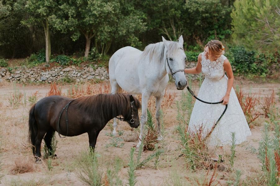 Boda viajera en la Masía L'Avellana. Travel inspired wedding in Spain